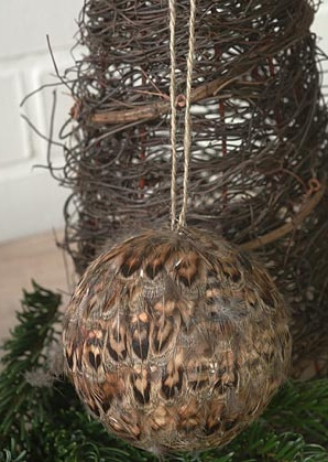 dekorace závěsná - koule - peří | A06911