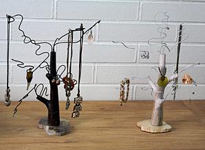 stojan na šperky - zkamenělé dřevo, kov | A07991